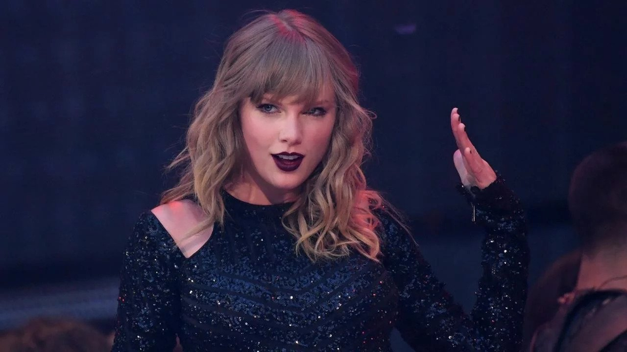 """Why Taylor Swift said that She May never perform this """"lover"""" song live ???"""